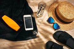 Fondo del verano con el sombrero de paja, las gafas de sol, la botella de la protección solar y chancletas Foto de archivo libre de regalías