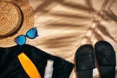 Fondo del verano con el sombrero de paja, las gafas de sol, la botella de la protección solar y chancletas Foto de archivo