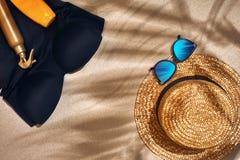 Fondo del verano con el sombrero de paja, las gafas de sol, la botella de la protección solar y chancletas Fotografía de archivo