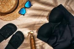 Fondo del verano con el sombrero de paja, las gafas de sol, la botella de la protección solar y chancletas Imagenes de archivo