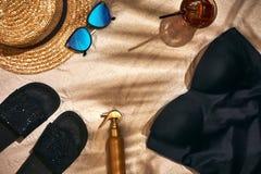 Fondo del verano con el sombrero de paja, las gafas de sol, la botella de la protección solar y chancletas Fotos de archivo libres de regalías