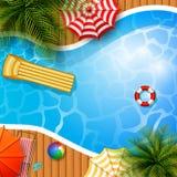 Fondo del verano con la piscina, el paraguas, el colchón y el anillo inflable Fotografía de archivo