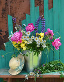 Fondo del verano con las flores y el sombrero verde Foto de archivo libre de regalías