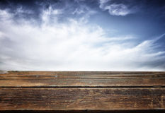 Fondo del verano con los tablones de madera contra el cielo azul foto de archivo libre de regalías