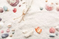 Fondo del verano de conchas marinas y de guijarros del mar en la arena de la playa Imagenes de archivo