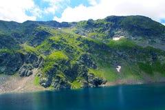 Fondo del verano de la estación de primavera de la opinión panorámica del cierre de la atracción de siete lagos del rila Imágenes de archivo libres de regalías