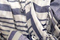 Fondo del verano de la tela rayada azul y blanca del tejido abierto con las borlas - ronzadas con el foco selectivo imagenes de archivo