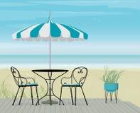 Fondo del verano de Teal Parasol y de la tabla rayados de los bistros en paseo marítimo Foto de archivo libre de regalías