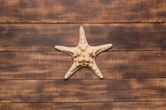 Fondo del verano, estrella de mar en los tableros de madera foto de archivo libre de regalías
