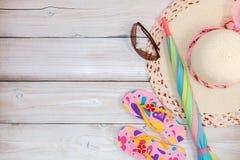 Fondo del verano, sistema de accesorios del verano en el backg de madera blanco Imágenes de archivo libres de regalías