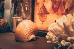 Fondo del viaje de la aventura en estilo retro con el coral de la cáscara del mar del mapa del vintage y el espacio de la copia Foto de archivo libre de regalías