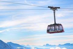 Fondo del viaje de los deportes de invierno con el teleférico, picos de montaña Foto de archivo