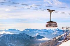 Fondo del viaje de los deportes de invierno con el teleférico, picos de montaña Imagen de archivo