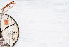 Fondo del viaje del vintage Reloj viejo en la tabla de madera Foto de archivo libre de regalías
