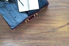 Fondo del viaje del vintage Viejos maleta y artículos en floo de madera fotografía de archivo libre de regalías