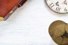 Fondo del viaje del vintage Viejos maleta y artículos en tabl de madera Foto de archivo