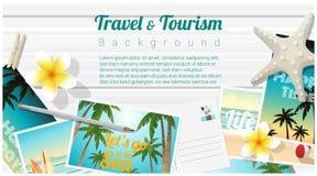 Fondo del viaje y del turismo con las postales tropicales de la playa en el tablero de madera ilustración del vector