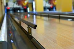 Fondo del vicolo di bowling, vicolo con le rotaie del paraurti Immagini Stock