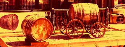 Fondo del vino con el carro y el barril de madera fotos de archivo libres de regalías