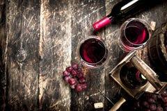 Fondo del vino Vino rojo con los vidrios con las uvas Fotos de archivo