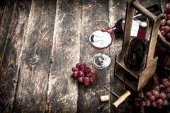 Fondo del vino Vino rojo con los vidrios con las uvas Fotografía de archivo libre de regalías