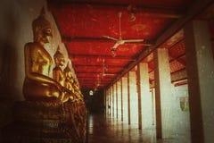 Fondo del vintage, color de oro de la estatua de Buda en el pho Bangkok Tailandia Asia del vatio del templo foto de archivo libre de regalías