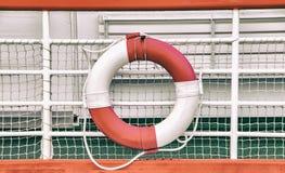 Fondo del vintage con el círculo del rescate en el barco El salvavidas se monta en una nave imagen de archivo libre de regalías