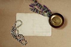 Fondo del vintage con el ramo viejo de la postal de lavanda imagen de archivo libre de regalías