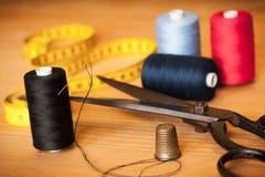 Fondo del vintage con la costura/el equipo de costura Tijeras, ingenio de las bobinas Imagen de archivo