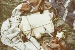 Fondo del vintage con la forma del corazón de la broche, paquete de tarjetas, sepia Imágenes de archivo libres de regalías