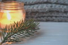 Fondo del vintage de la Feliz Navidad y de la Feliz Año Nuevo Vela encendida en el escritorio de madera blanco Fotos de archivo