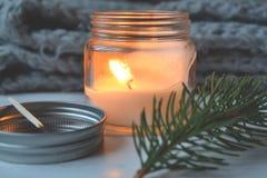 Fondo del vintage de la Feliz Navidad y de la Feliz Año Nuevo Vela encendida en el escritorio de madera blanco Fotos de archivo libres de regalías