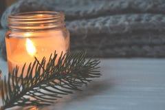 Fondo del vintage de la Feliz Navidad y de la Feliz Año Nuevo Vela encendida en el escritorio de madera blanco Imagenes de archivo