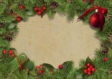 Fondo del vintage de la Navidad con las ramas y el acebo del abeto Imagen de archivo
