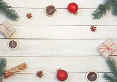 Fondo del vintage de la Navidad, ramas de árbol de abeto, caja de regalo, b rojo fotografía de archivo libre de regalías