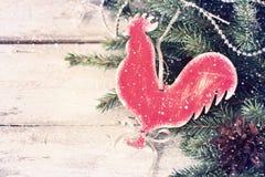 Fondo del vintage del ` s del Año Nuevo con un gallo hecho en casa del juguete tinte Imágenes de archivo libres de regalías