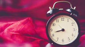 Fondo del vintage del lapso de tiempo con el despertador retro en la tabla metrajes