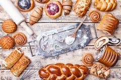 Fondo delicioso de la hornada del día de fiesta con los ingredientes y los utensilios fotos de archivo libres de regalías