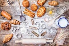 Fondo delicioso de la hornada del día de fiesta con los ingredientes y los utensilios imágenes de archivo libres de regalías
