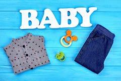 Fondo dell'abbigliamento del tralicco del neonato Fotografia Stock