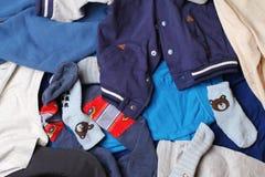 Fondo dell'abbigliamento - vestiti per i bambini Fotografie Stock Libere da Diritti