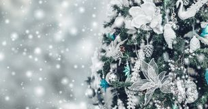 Fondo dell'albero di Natale e decorazioni di Natale con neve, vago, scintillare, emettente luce immagine stock