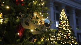Fondo dell'albero di Natale e decorazioni di Natale Palle variopinte e ghirlanda su abete verde nella sera archivi video
