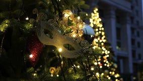 Fondo dell'albero di Natale e decorazioni di Natale Palle variopinte e ghirlanda su abete verde nella sera video d archivio