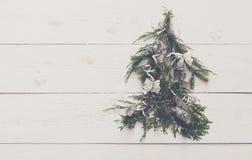 Fondo dell'albero di Natale a legno bianco con lo spazio della copia Immagini Stock