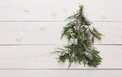 Fondo dell'albero di Natale a legno bianco con lo spazio della copia Fotografie Stock