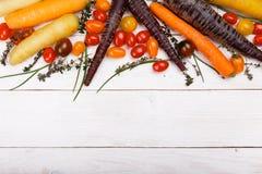 Fondo dell'alimento biologico Foto dello studio della frutta e delle verdure differenti sulla tavola di legno bianca Prodotto di  fotografie stock libere da diritti