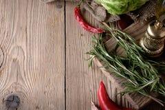 Fondo dell'alimento, con le erbe, le spezie, i rosmarini, il papper e il vegeta Fotografie Stock Libere da Diritti