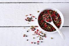 Fondo dell'alimento con le spezie Una miscela dei peperoni dolci su un fondo di legno bianco Fotografie Stock Libere da Diritti