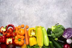 Fondo dell'alimento con le verdure variopinte pomodoro, barbabietola, campana fotografia stock